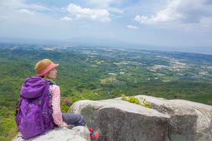 岩の上に座るトレッキングの女性の写真素材 [FYI01573208]