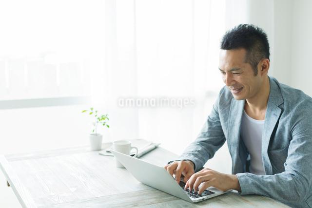 ノートパソコンをする男性の写真素材 [FYI01573211]