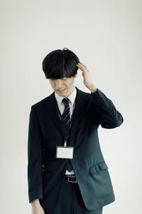 頭をかく日本人ビジネスマンの写真素材 [FYI01573224]