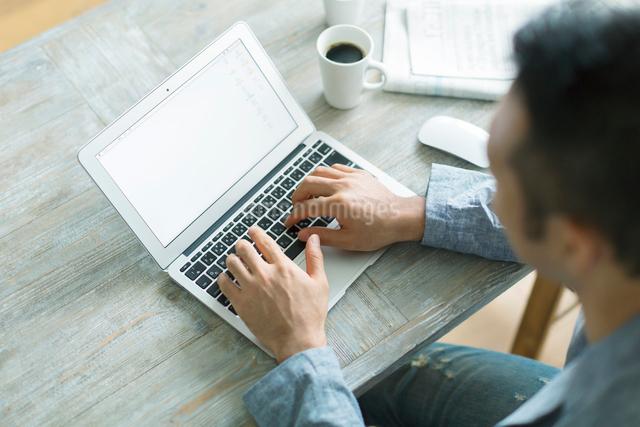 ノートパソコンをする男性の写真素材 [FYI01573251]