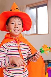 ハロウィンの格好をした男の子の写真素材 [FYI01573253]