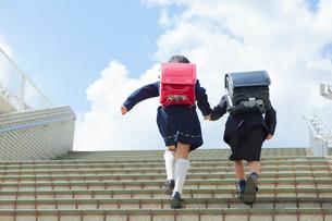 階段を上る小学生の男女の写真素材 [FYI01573258]