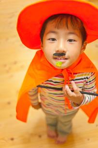 ハロウィンの格好をした男の子の写真素材 [FYI01573300]