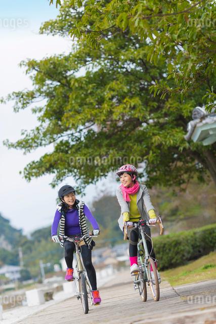 ポタリングを楽しむ2人の女性の写真素材 [FYI01573304]