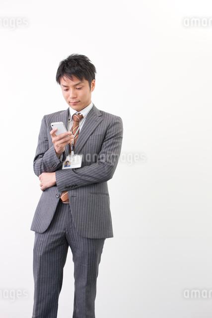 スマートフォンを見る日本人のビジネスマンの写真素材 [FYI01573328]