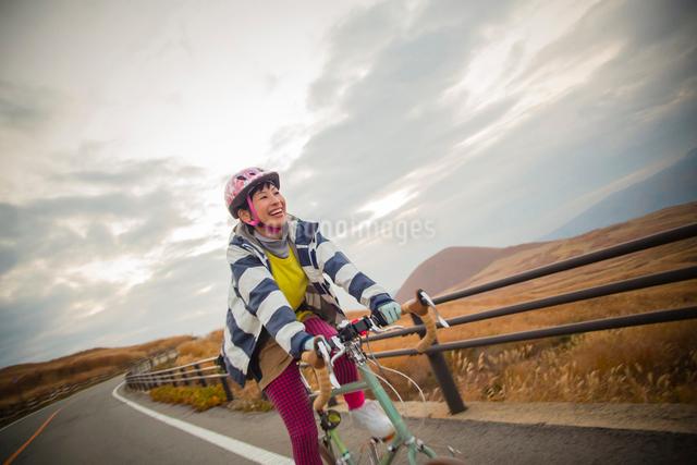 ポタリングを楽しむ日本人女性の写真素材 [FYI01573341]