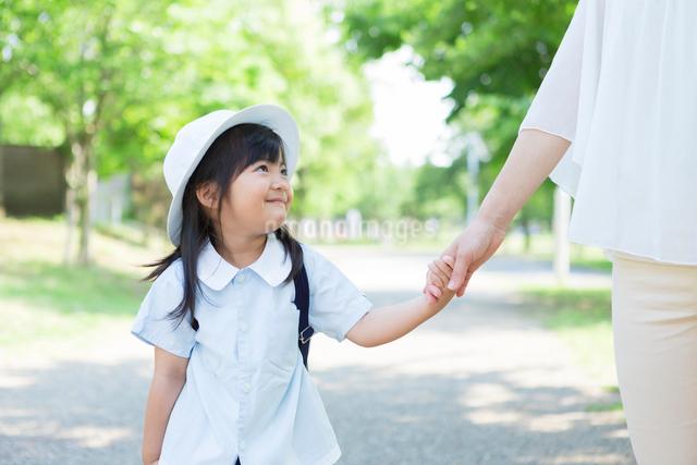 母親と手を繋ぐ幼稚園児の写真素材 [FYI01573343]