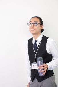 タンブラーを持つ日本人ビジネスマンの写真素材 [FYI01573352]