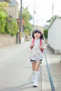 ランドセルを背負って歩く女の子の写真素材 [FYI01573385]