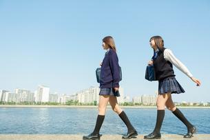 防波堤を歩く日本人女子高生の写真素材 [FYI01573407]