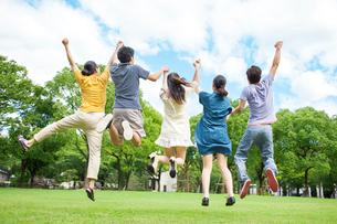 ジャンプをする日本人の若者達の写真素材 [FYI01573430]