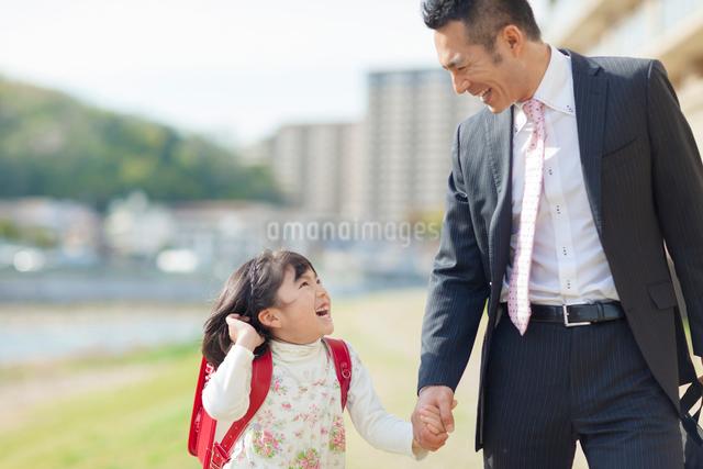 手を繋ぐ父と娘の写真素材 [FYI01573441]