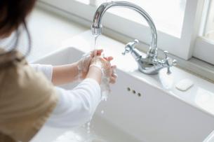 石鹸で手を洗う女の子の手元の写真素材 [FYI01573455]