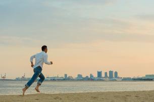 海辺を走る日本人男性の写真素材 [FYI01573457]