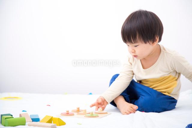 おもちゃで遊ぶ男の子の写真素材 [FYI01573528]