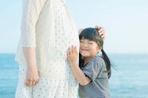 妊婦の母に抱きつく娘の写真素材 [FYI01573529]