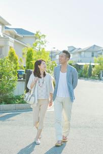 住宅街を歩く日本人カップルの写真素材 [FYI01573537]