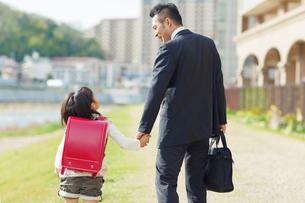 手を繋ぐ父と娘の写真素材 [FYI01573559]