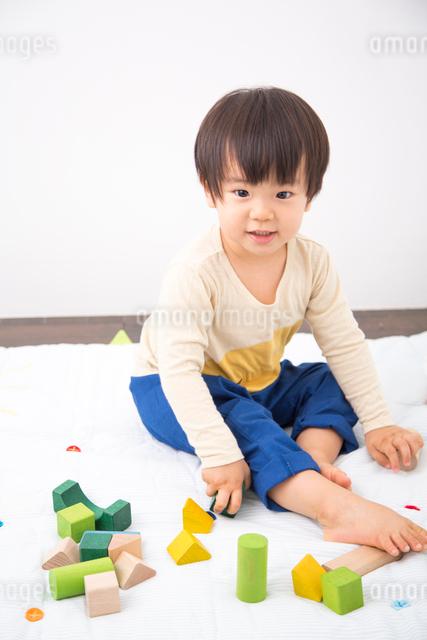 おもちゃで遊ぶ男の子の写真素材 [FYI01573562]