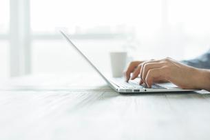ノートパソコンをする男性の手元の写真素材 [FYI01573567]
