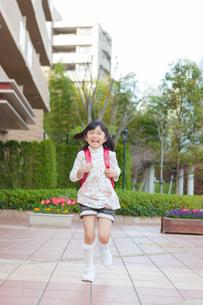 ランドセルを背負った女の子の写真素材 [FYI01573571]