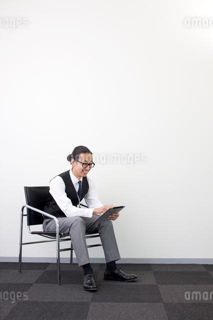 タブレットPCをする日本人ビジネスマンの写真素材 [FYI01573572]
