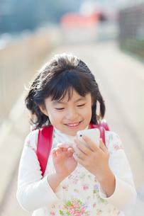 スマートフォンを操作する女の子の写真素材 [FYI01573574]