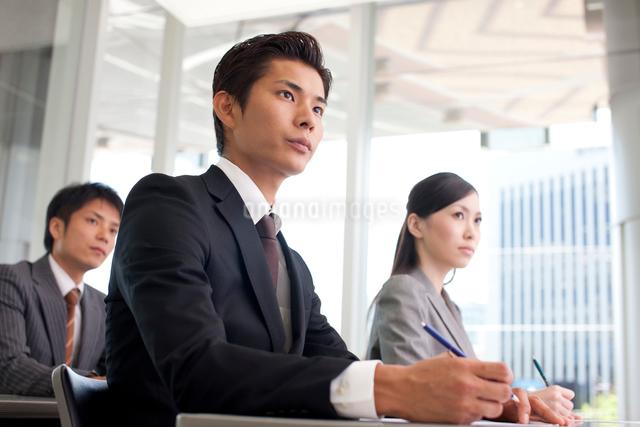 研修を受けるスーツ姿の男女の写真素材 [FYI01573611]