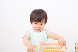 そろばんをする男の子の写真素材 [FYI01573612]