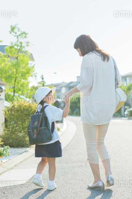 手を繋いで歩く母と娘の写真素材 [FYI01573629]