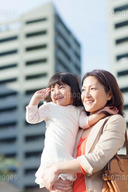 娘を抱く母の写真素材 [FYI01573633]