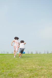 ボールを追いかける姉弟の写真素材 [FYI01573644]