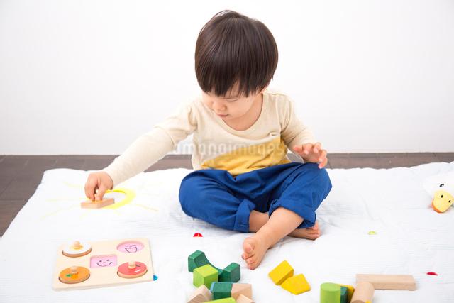 おもちゃで遊ぶ男の子の写真素材 [FYI01573667]