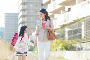 手を繋いで歩く母と娘の写真素材 [FYI01573686]
