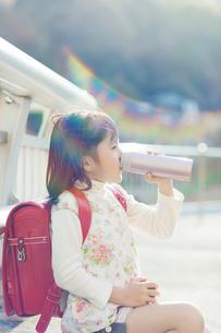 タンブラーを持って飲む女の子の写真素材 [FYI01573771]