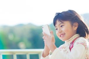 スマートフォンを操作する女の子の写真素材 [FYI01573806]