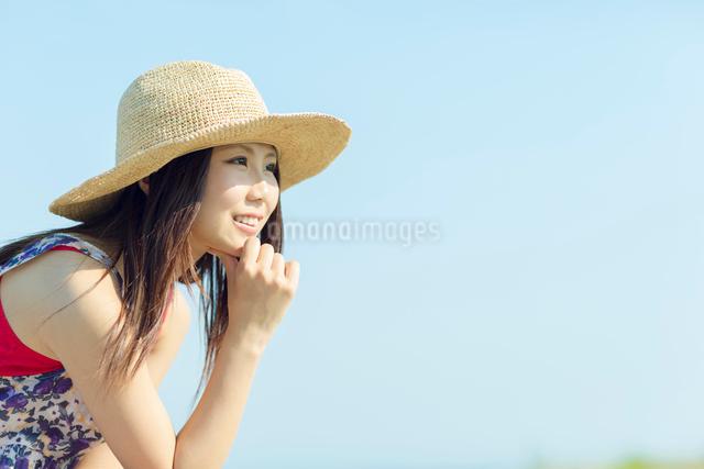 麦わら帽子を被った日本人女性の写真素材 [FYI01573846]