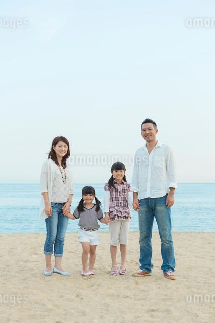 海辺に立つ日本人家族の写真素材 [FYI01573977]