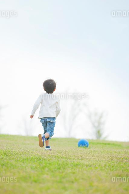 ボールを追いかける男の子の写真素材 [FYI01573990]