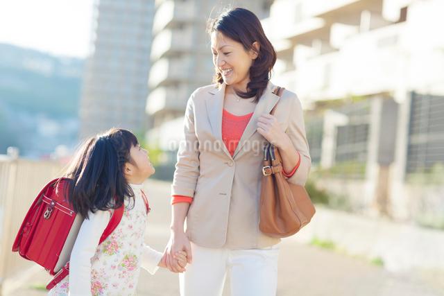 手を繋いで笑う母と娘の写真素材 [FYI01574006]