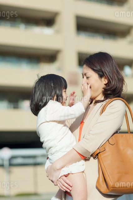 娘を抱く母の写真素材 [FYI01574033]