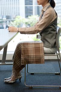 膝掛けをして座るビジネスウーマンの写真素材 [FYI01574052]