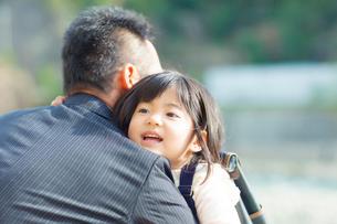 父親に抱きつく娘の写真素材 [FYI01574063]