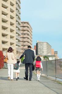 手を繋いで歩く4人家族の写真素材 [FYI01574132]