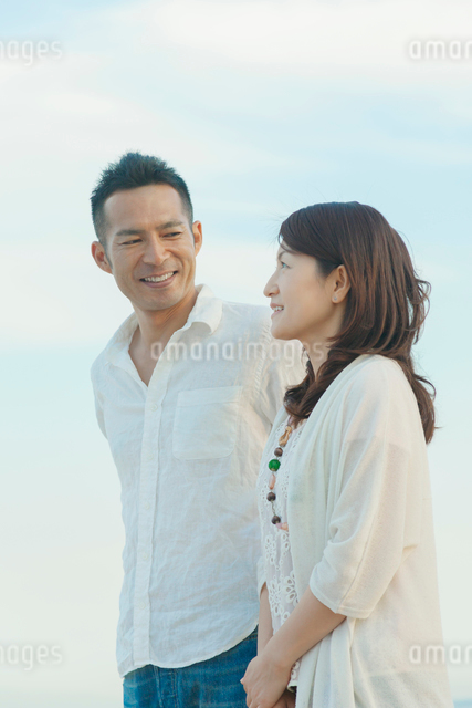 微笑む日本人カップルの写真素材 [FYI01574200]
