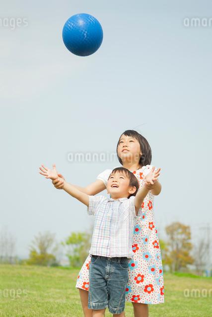 ボールで遊ぶ姉弟の写真素材 [FYI01574208]