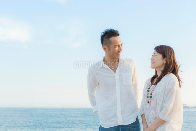海辺に立つ日本人カップルの写真素材 [FYI01574338]
