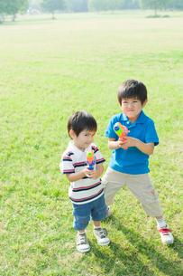 水鉄砲で遊ぶ日本人兄弟の写真素材 [FYI01574341]