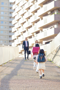 両親に向かって走る姉妹の写真素材 [FYI01574377]