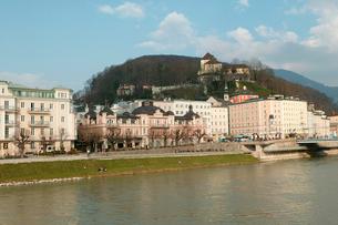 ザルツァッハ川からの景色の写真素材 [FYI01580205]